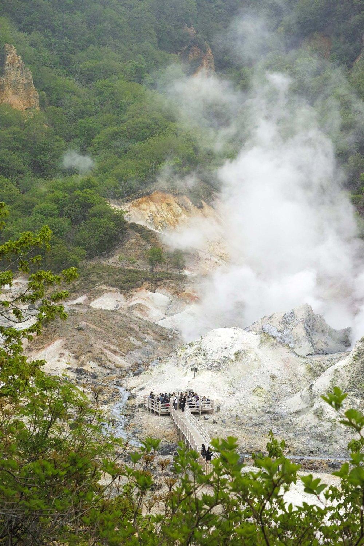 Cratère fumant au village onsen de Noboribetsu, au sud de l'île d'Hokkaido, Japon.