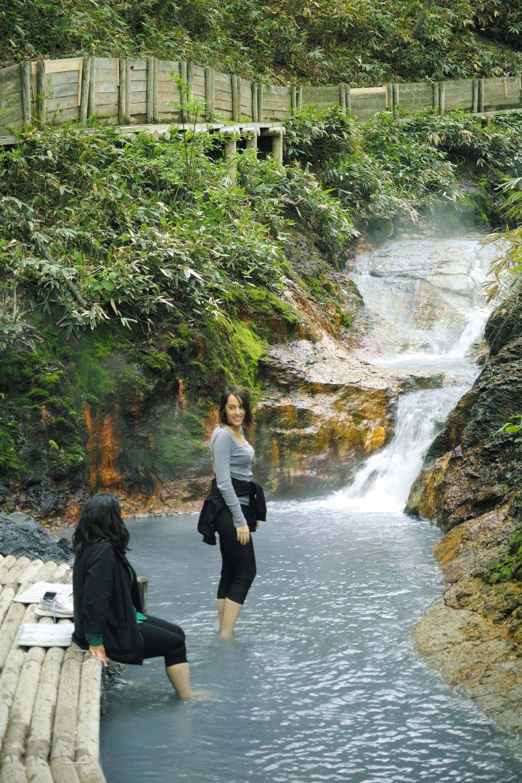 Bain de pied dans la rivière chaude du parc de Noboribetsu, au sud de l'île d'Hokkaido, Japon.