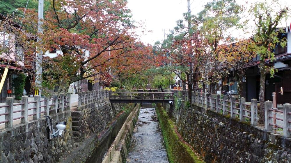 Se balader le long de la rivière à Takayama, Japon.